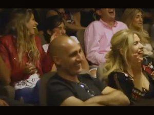 הקהל צוחק במופע הסטנדאפ של בני ברוכים