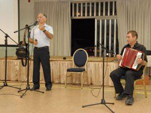 אורי גולדמן - מנגן בערב שירה בציבור - אמן בידור מצחיק